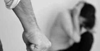 Segrega, picchia e vende le figlie per le nozze: arrestato papà orco