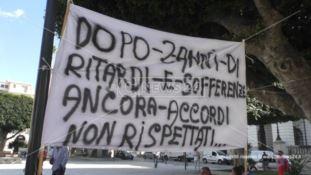 «Basta, trovino il modo di pagarci»: l'urlo dei lavoratori Avr di Reggio