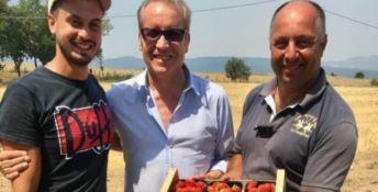 Al centro Franco Laratta insieme a due imprenditori agricoli calabresi