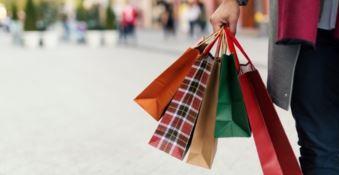 A fare shopping o al bar anziché lavorare. Indagati 30 dipendenti pubblici a Scilla