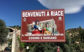 Guerra dei cartelli a Riace, il sindaco: «Nessun dispetto a Lucano»