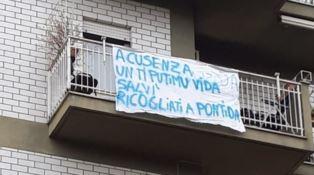 Uno striscione di contestazione a Salvini apparso a Cosenza