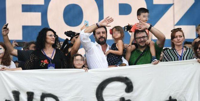 Salvini sul palco di Pontida con i bambini di Bibbiano