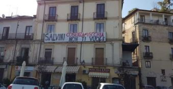 «Salvini, Cosenza non ti vuole»: in città striscioni contro il leader della Lega