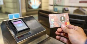 Il Governo studia il bonus Befana, un premio per chi paga con carta e bancomat