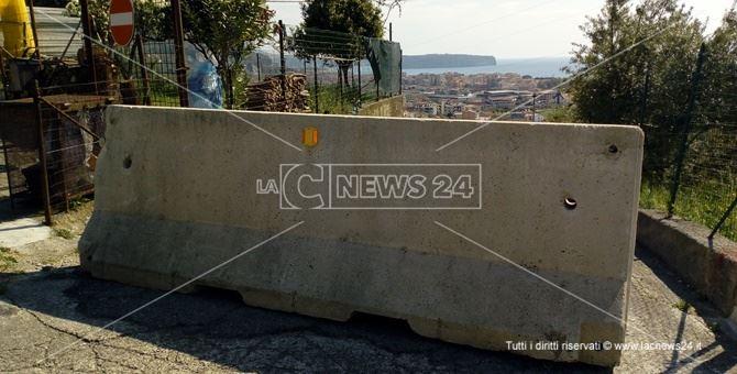 Barriere di cemento impediscono l'ingresso nella città di Praia a Mare. Sullo sfondo l'isola Dino