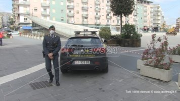 Cosenza, sequestrata la centralissima piazza Bilotti: ecco il video dei sigilli posti dalla Finanza