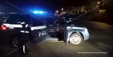 La polizia stradale di Scalea mentre effettua i controlli al confine