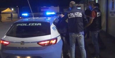 Lamezia, gli chiedono i documenti: aggredisce con un'ascia un poliziotto