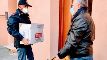 Vibo Valentia, la Polizia li aiuta e loro ricambiano donando arance