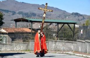 Soveria Mannelli, processione solitaria del parroco con la croce sulla spalle