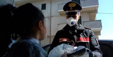 Un carabiniere in servizio a Vibo consegna il tablet scolastico ad una bambina