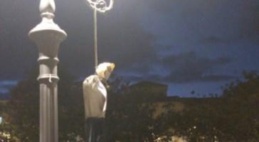 """""""Strangolati dalla dittatura sanitaria"""", la protesta a Pizzo con un fantoccio impiccato"""