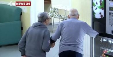 Alcuni anziani nella casa di riposo di Palmi