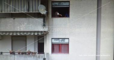 Torna in Calabria per un lutto e risulta contagiata: in quarantena l'intero condominio