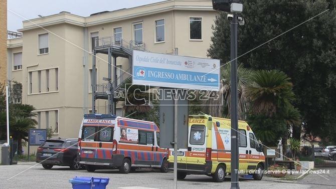 Ambulanze nel parcheggio dell'Annunziata di Cosenza