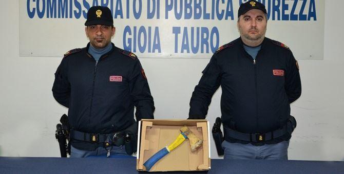 I poliziotti di Gioia Tauro con l'accetta