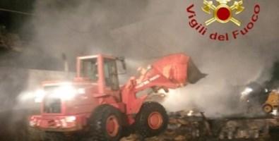 Bova Marina, si incendia camion carico di paglia: rogo domato dai pompieri
