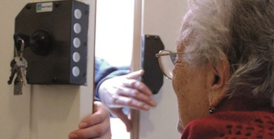 Coronavirus, la Prociv: «Falsi tamponi per truffare gli anziani»
