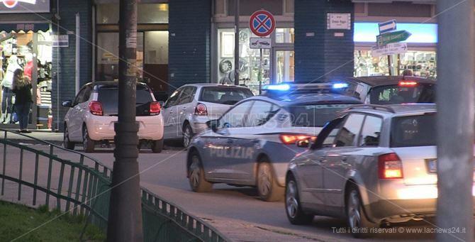 Una volante della polizia in centro a Cosenza