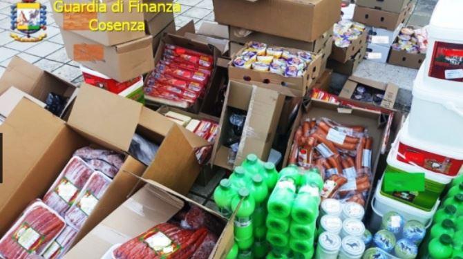 I prodotti sequestrati sulla 106 all'altezza di Roseto Capo Spulico