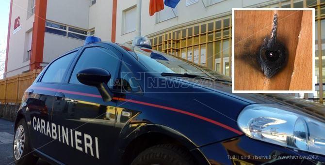 I carabinieri davanti alla scuola e la telecamera nascosta