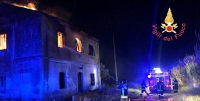 In fiamme un casolare a Catanzaro, distrutto il tetto