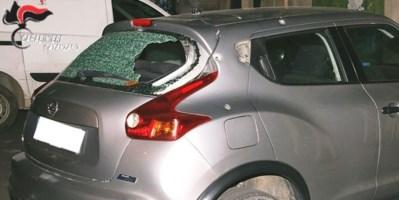 La macchina danneggiata dai colpi di fucile