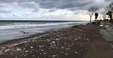 Le mareggiate fanno paura a Corigliano Rossano, la spiaggia non c'è più
