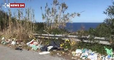 Strade invase dai rifiuti e da buche