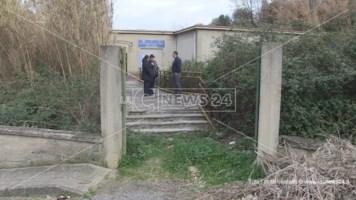 Cosenza, la scuola Pisano di Serra Spiga sepolta dai rovi e dal degrado