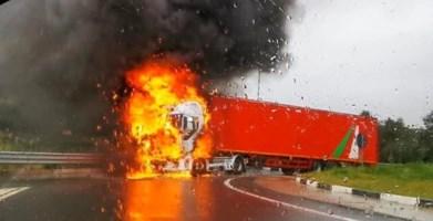 Tir in fiamme sulla 106, traffico in tilt e panico tra gli automobilisti