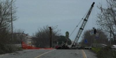 Ponte Allaro, odissea senza fine: ora manca la fornitura dei materiali