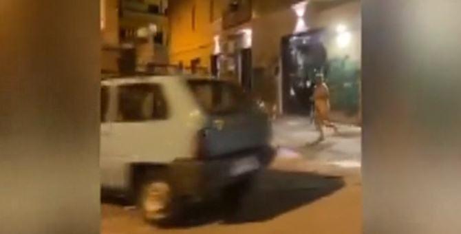 L'uomo nudo in strada