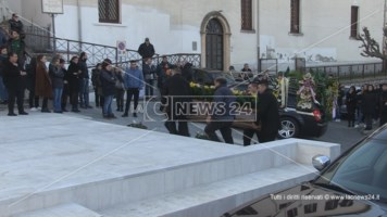 Cosenza, celebrati i funerali del tassista aggredito