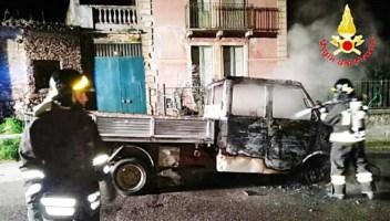 Camion distrutto da incendio