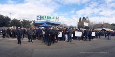 Manifestanti in piazza a Lamezia