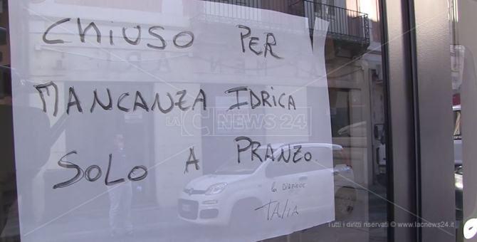 Il cartello sulla pizzeria