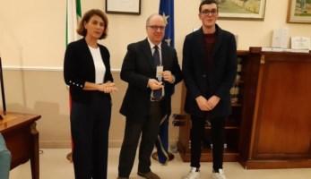 La consegna della medaglia al figlio di Pietro Fantini