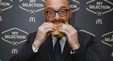 Chef Bastianich con il panino Mc Donald's
