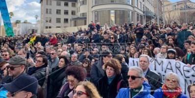 Tutti con Gratteri, un fiume di persone a Catanzaro per il procuratore: il video