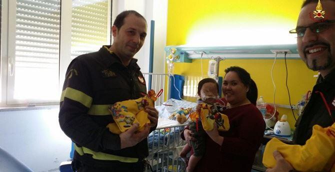 I vigili del fuoco in visita ai bambini dell'ospedale di Reggio