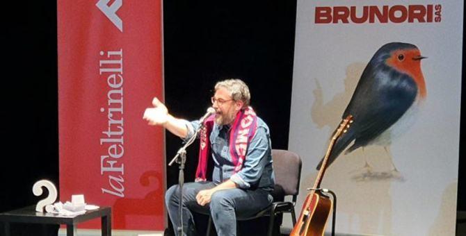 Dario Brunori durante l'intervento all'Unical dello scorso gennaio