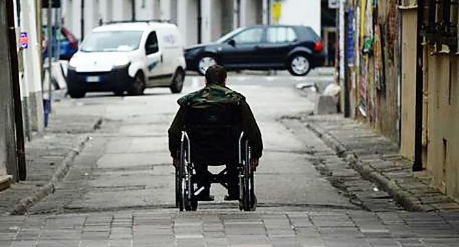 Disabile in strada, foto Ansa (di Franco Silvi)