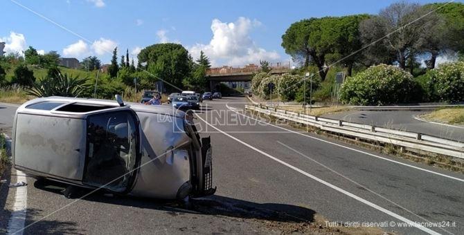 L'auto che si è ribaltata sulla tangenziale di Catanzaro