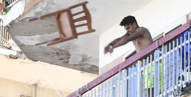 Lancio della sedia a Mondragone, foto ansa