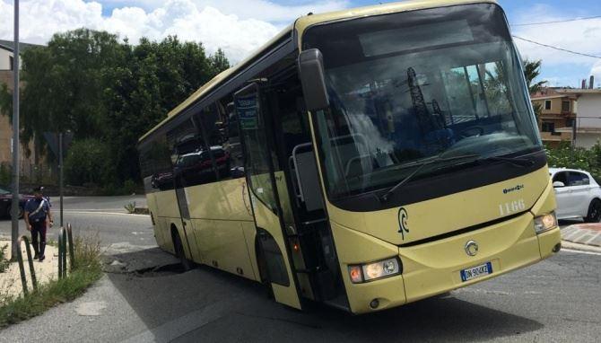 Vibo, bus rimane incastrato in una voragine