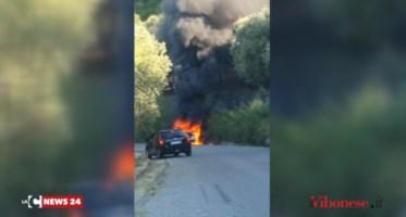 L'auto prende fuoco mentre è in marcia, paura nel Vibonese