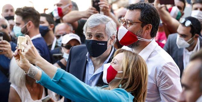 Tajani, Salvini e Meloni fanno un selfie (Foto Ansa))
