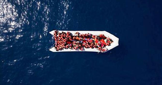 Migranti su barcone, foto F.Dana per Ansa